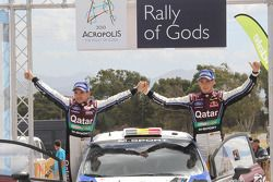 O terceiro colocado Thierry Neuville e Nicolas Gilsoul, Ford Fiesta WRC, Qatar M-Sport WRT no pódio