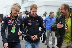 (Izq. A Der.): Britta Roeske, Jefe de Prensa de Red Bull Racing con Sebastian Vettel, Red Bull Racing y el presentador de RTL TV Kai Ebel