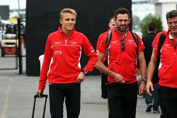 (L naar R): Max Chilton, Marussia F1 Team met Sam Village, Marussia F1 Team en Graeme Lowdon, Marussia F1 Team Chief Executive Officer
