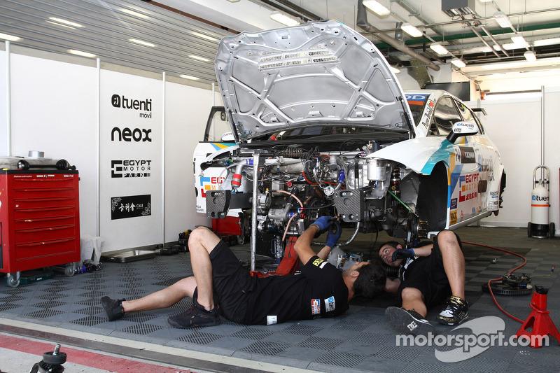Monteurs werken aan de auto van Pepe Oriola, SEAT Leon WTCC, Tuenti Racing