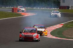 Mikhail Kozlovskiy, LADA Granta, LADA Sport Lukoil en Darryl O'Young, BMW E90 320 TC, ROAL Motorspor