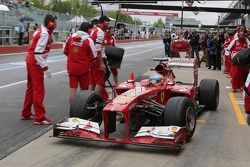 Fernando Alonso, Ferrari F138 has his front wing changed in the first practice session