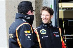 Romain Grosjean, Lotus F1 Team con Eric Boullier, Director del Lotus F1 Team