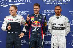 Ganador de la pole Sebastian Vettel, Red Bull Racing, segundo Lewis Hamilton, Mercedes AMG F1, terce