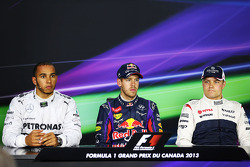 Ganador de la pole Sebastian Vettel, Red Bull Racing, segundo lugar Lewis Hamilton, Mercedes AMG F1,