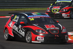 Marc Basseng, SEAT Leon WTCC, ALL-INKL.COM Munnich Motorsport leads Robert Huff, SEAT Leon WTCC, ALL-INKL.COM Munnich Motorsport