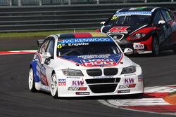 Franz Engstler, BMW E90 320 TC, Liqui Moly Team leads René Münnich, SEAT Leon WTCC, Münnich Motorsport
