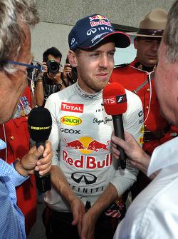Yarış galibi Sebastian Vettel, Red Bull Racing is interviewed by Eddie Jordan