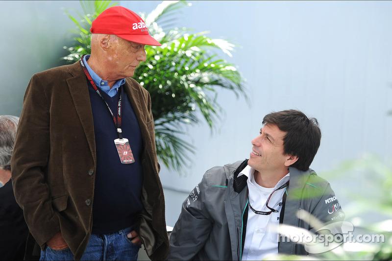 (L naar R): Niki Lauda, Mercedes Non-Executive Chairman met Toto Wolff, Aandeelhouder en directeur M