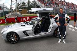 Bernd Maylander, piloto del auto de seguridad de la FIA, en la parrilla