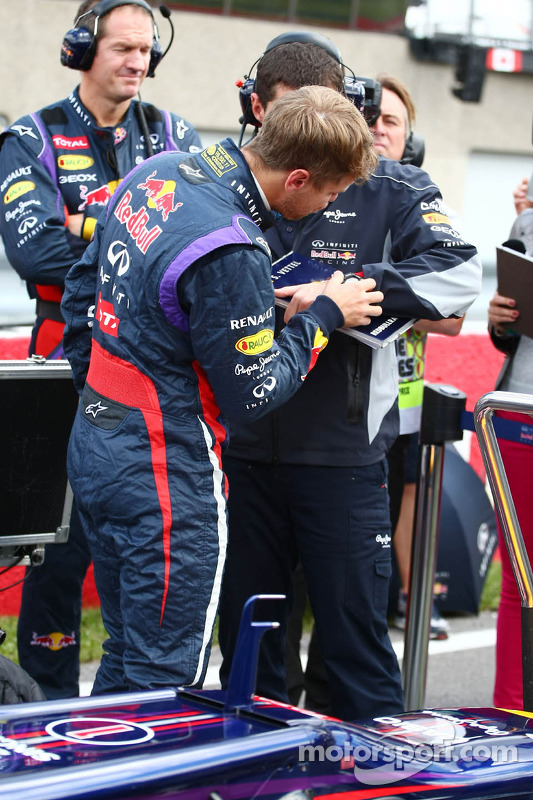 Sebastian Vettel, Red Bull Racing com Guillaume Rocquelin, Red Bull Racing Engenheiro de Corrida no grid