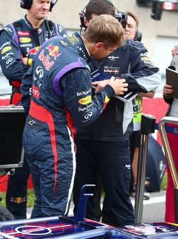 Sebastian Vettel, Red Bull Racing with Guillaume Rocquelin, Red Bull Racing Race Engineer on the grid