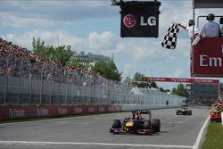 Ganador de la carrera Sebastian Vettel, Red Bull Racing celebra al llevarse la bandera a cuadros al