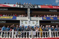 O vencedor Jimmie Johnson, Hendrick Motorsports Chevrolet comemora