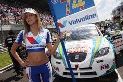 De Grid girl van Pepe Oriola, SEAT Leon WTCC, Tuenti Racing
