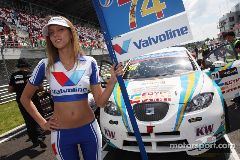 The Grid Girl of Pepe Oriola, SEAT Leon WTCC, Tuenti Racing