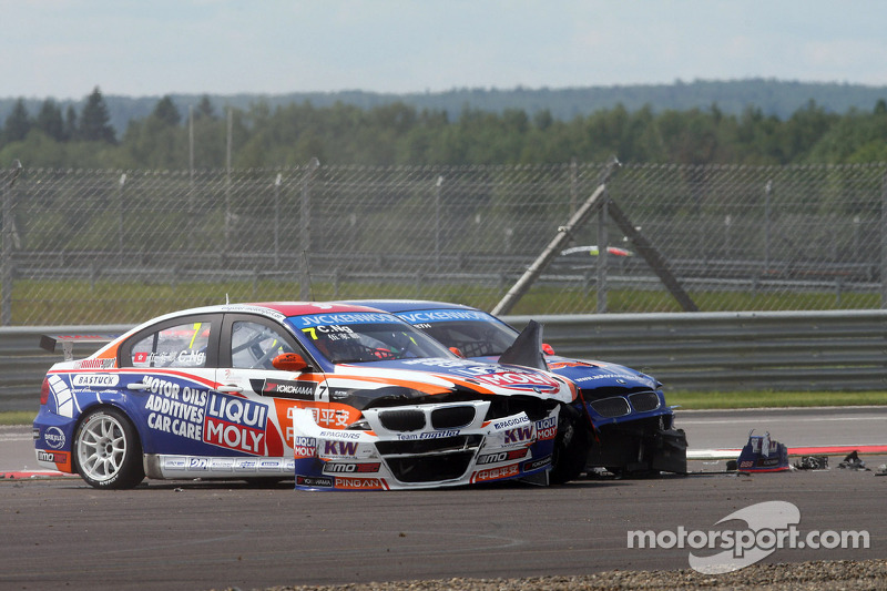 Crash,  Charles Ng, BMW E90 320 TC, Liqui Moly Team Engstler en Fredy Barth, BMW E90 320 TC, Wiechers-Sport