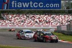 Robert Huff, SEAT Leon WTCC, ALL-INKL.COM Munnich Motorsport en Yvan Muller, Chevrolet Cruze 1.6T, R