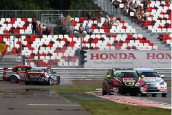 Crash, James Thompson, Lada Granta, LADA Sport Lukoil and Tom Coronel, BMW E90 320 TC, ROAL Motorsport
