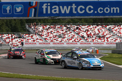 Alex MacDowall, Chevrolet Cruze 1.6T, bamboo-engineering leads Tiago Monteiro, Honda Civic Super 2000 TC, Honda Racing Team Jas