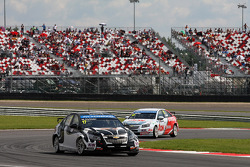 Michel Nykjaer, Chevrolet Cruze 1.6T, Nika Racing leads Yvan Muller, Chevrolet Cruze 1.6T, RML