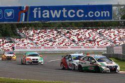 Gabriele Tarquini, Honda Civic, Honda Racing Team J.A.S. leads Tom Chilton, Chevrolet Cruze 1.6 T, RML