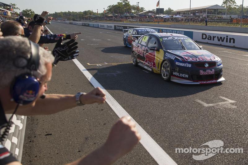 Craig Lowndes, Red Bull Holden pakt de overwinning