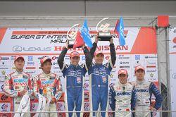 GT500 podium: racewinnaars Tsugio Matsuda, Joao Paulo de Oliveira