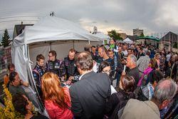 Pontlieue hairpin recreation event: Olivier Pla, Bertrand Baguette e Alex Brundle sign autographs