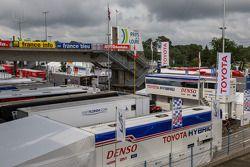 Les camions Toyota dans le paddock