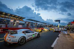 Hora do rush no pitlane no início do treino: #96 Aston Martin Racing Aston Martin Vantage GTE: Roald