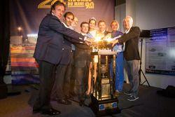 Frank Biela, Emanuele Pirro, Henri Pescarolo, el Presidente de ACO François Fillon, Tom Kristensen,