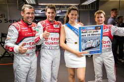 El ganador de la pole Loic Duval con sus compañeros de equipo Tom Kristensen, Allan McNish y la Seño