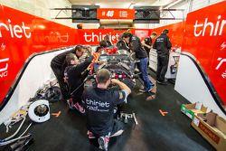Des mécaniciens Thiriet by TDS Racing au travail