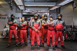 Los miembros del equipo Audi Sport ven el final de la calificación