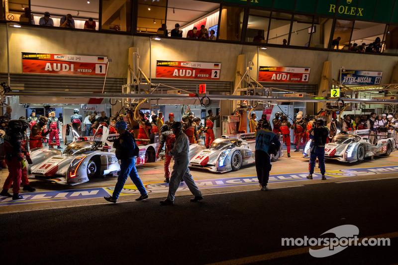 Audi R18's in de pits tijdens de rode vlag in de kwalificatie
