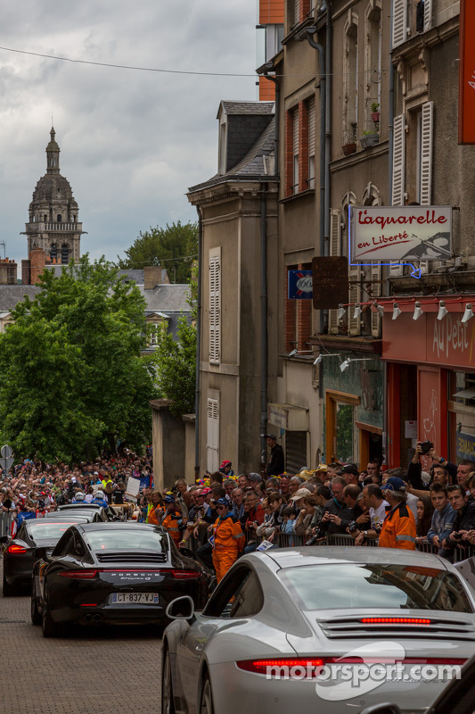 Porsches fill the streets de Le Mans