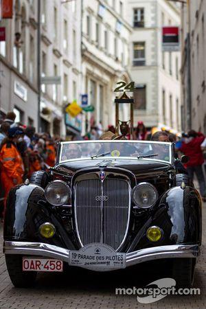 El trofeo de las 24 Horas de Le Mans en el Gran Desfile de Pilotos