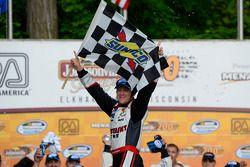 Racewinnaar A.J. Allmendinger viert zijn overwinning