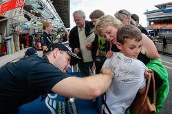 Allan Simonsen signs autographs