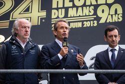 El podio: David Richads, Jacky Ickx y François Fillon dan un emotivo homenaje a Allan Simonsen