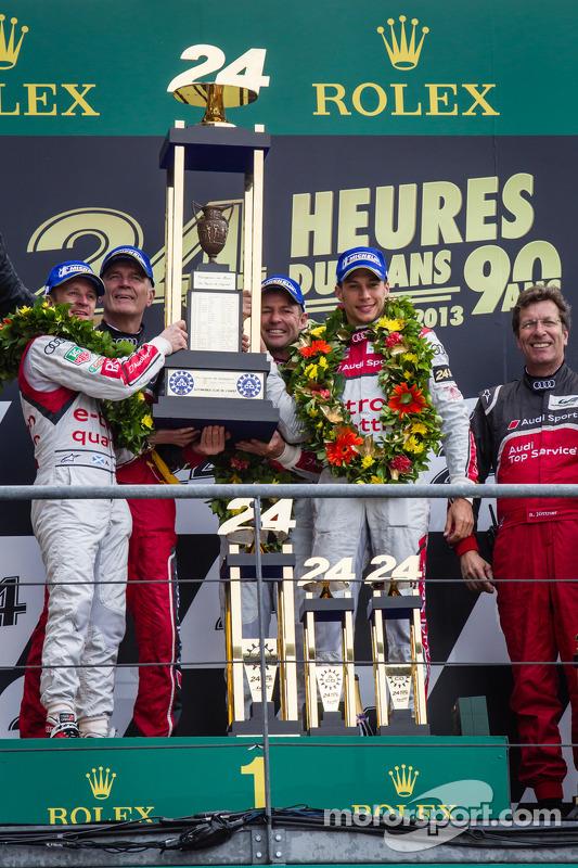 LMP1 pódio: classe e a frente dos vencedores da corrida Tom Kristensen, Allan McNish, Loic Duval