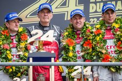 LMP1-Podium: 1. Allan McNish, Tom Kristensen und Loic Duval mit Wolfgang Ullrich