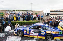 Racewinnaar Martin Truex Jr., Michael Waltrip Racing Toyota viert het resultaat