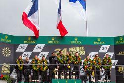 LMP2 Pódio: vencedor da classe Bertrand Baguette, Ricardo Gonzalez, Martin Plowman, segunda colocaçã