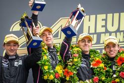 El podio de LMP2: ganadores Bertrand Baguette, Ricardo Gonzalez, Martin Plowman con Sébastien Philip