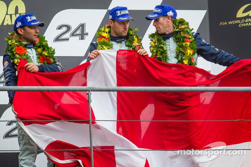 El podio LMGTE Pro:tercer lugar Darren Turner, Stefan Mücke, Peter Dumbreck con una bandera danesa p