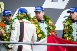 El podio del LMGTE Pro: tercer lugar Darren Turner, Stefan Mücke, Peter Dumbreck saludados por Romai