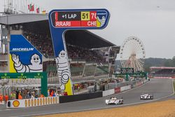 La #1 Audi Sport Team Joest Audi R18 e-tron quattro et la #7 Toyota Racing Toyota TS030 Hybrid
