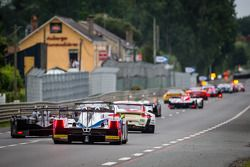 Een groep auto's volgen de Safety Car tijdens de neutralisatie: #39 DKR Engineering Lola B11/40 Judd